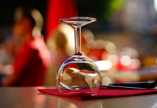 Bild Tisch mit Weinglas